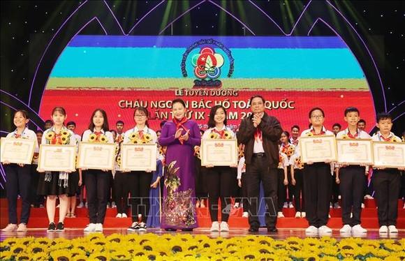 Chủ tịch Quốc hội Nguyễn Thị Kim Ngân và Trưởng Ban Tổ chức Trung ương Phạm Minh Chính tặng Bằng khen cho các đại biểu cháu ngoan Bác Hồ tại Đại hội. Ảnh: TTXVN