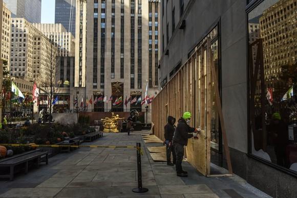 Tổ hợp các tòa nhà ở khu Rockefeller Center, trung tâm thành phố New York, chuẩn bị cho tình huống xấu xảy ra sau khi có kết quả bầu cử. Ảnh: The New York Times