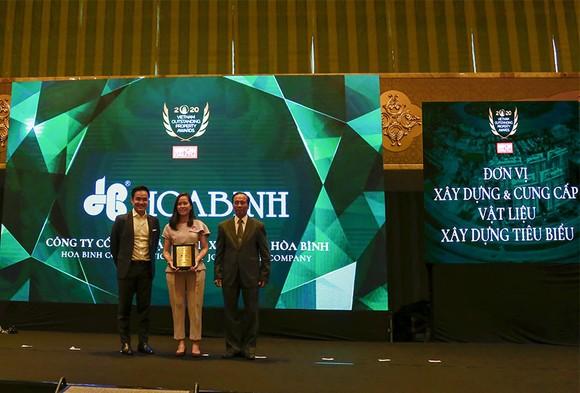 Bà Trần Kim Ngân - Đại diện Tập đoàn Xây dựng Hòa Bình nhận giải thưởng