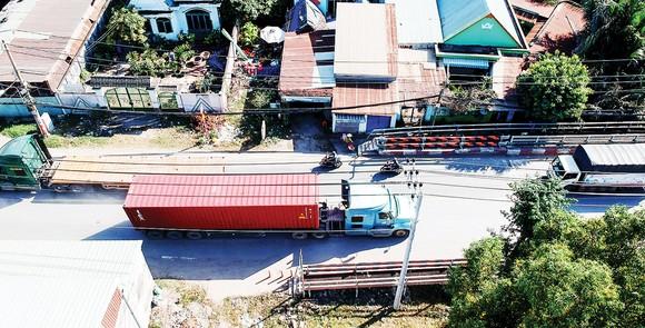 Xe Container lưu thông trên đường Nguyễn Duy Trinh, quận 9. Ảnh: CAO THĂNG