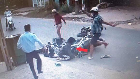 Camera ghi lại cảnh Thành đánh dã man nữ sinh V. sau va chạm giao thông
