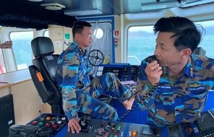 Thiếu tá Nguyễn Văn Chính - Thuyền trưởng tàu 991 đang chỉ huy tàu lai kéo tàu gặp nạn vào cảng Ba Ngòi. Nguồn: TTXVN
