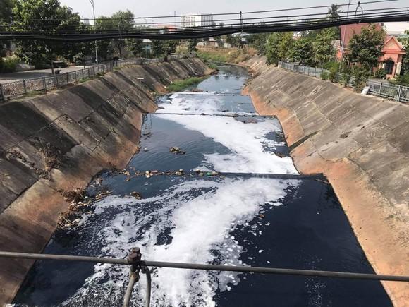 Dù tốn cả ngàn tỷ đồng để cải tạo, đến nay kênh Ba Bò vẫn ô nhiễm nặng nề. Ảnh: ĐỨC TRUNG