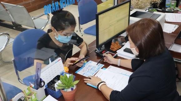 Nhân viên Công ty Phú Hòa Tân hướng dẫn khách hàng sử dụng dịch vụ qua ứng dụng Zalo