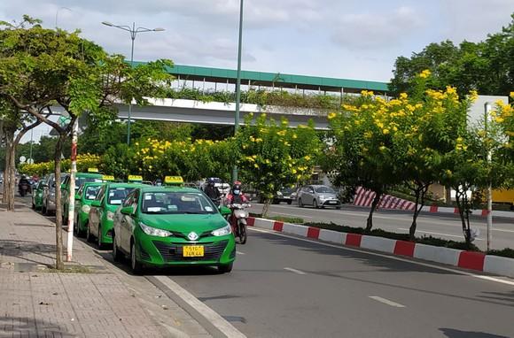 Taxi dừng đỗ, chiếm dụng lòng đường