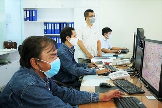 Công nhân ngành điện TPHCM trực chiến liên tục để đảm bảo nguồn điện cho người dân và các khu vực trọng yếu