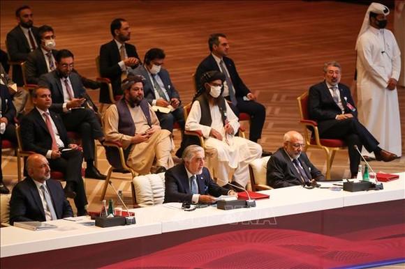 Chủ tịch Hội đồng hòa giải quốc gia tối cao Afghanistan Abdullah Abdullah (giữa, phía trước) phát biểu tại phiên khai mạc hòa đàm giữa Chính phủ Afghanistan và phiến quân Taliban ở Doha, Qatar ngày 12-9-2020. Ảnh: Nguồn: TTXVN