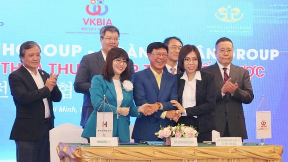 VKBIA ký kết thỏa thuận hợp tác tại hội nghị gặp gỡ  doanh nhân kiều bào, tổ chức cuối năm 2020 ở TPHCM. Ảnh: HOÀNG HÙNG