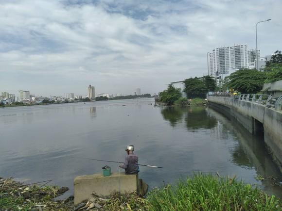 Sông Sài Gòn, đoạn chảy qua quận 2 và Bình Thạnh luôn có màu đen đục