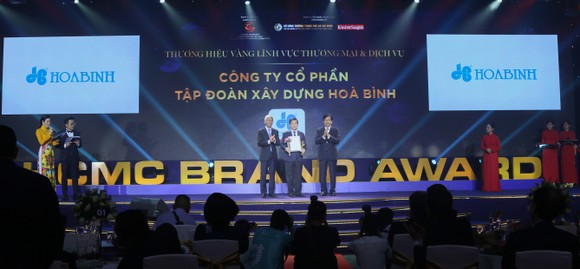 Ông Lê Viết Hải - Chủ tịch HĐQT Công ty CP Tập đoàn Xây dựng Hòa Bình (đứng giữa) nhận giải thưởng