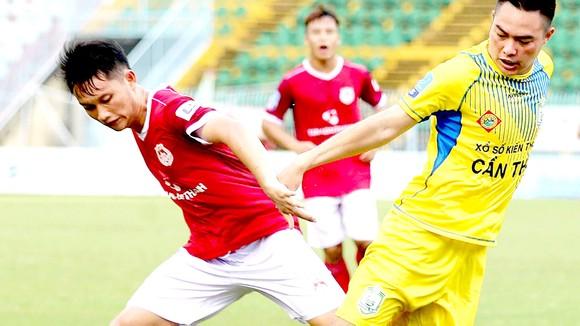 CLB Phố Hiến (trái)  là ứng cử viên thăng hạng V-League 2022. Ảnh: P.NGUYỄN
