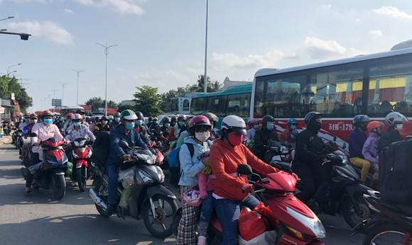 Dòng xe di chuyển chậm qua cầu Rạch Miễu, từ phía Bến Tre sang Tiền Giang. Ảnh: TÍN HUY