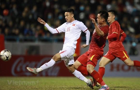 Cả hai đội tuyển bóng đá quốc gia và U22 (trái) đều có nhiệm vụ  quan trọng trong năm 2021. Ảnh: P.MINH