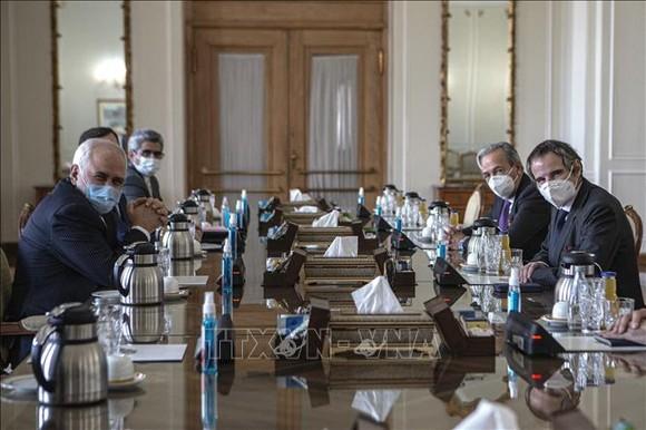 Tổng Giám đốc Cơ quan Năng lượng nguyên tử quốc tế (IAEA) Rafael Grossi (phải) trong cuộc gặp với Ngoại trưởng Iran ngày 21-2-2021. Ảnh: TTXVN