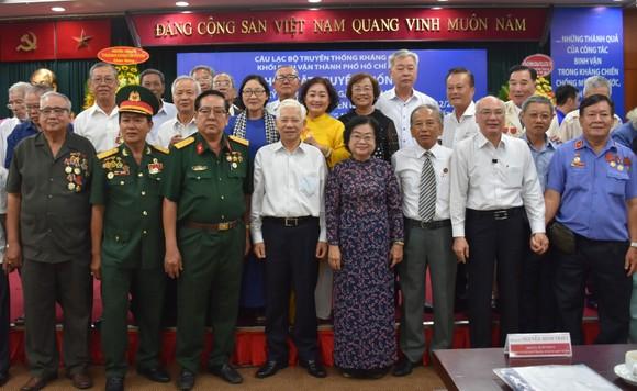 Các đại biểu chụp hình lưu niệm tại buổi họp mặt truyền thống