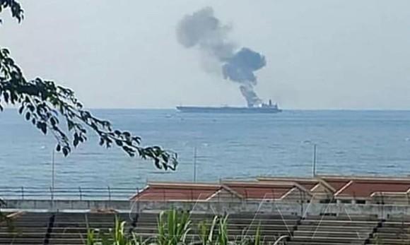 Khói bốc lên từ tàu chở dầu của Iran sau khi bị tấn công. Nguồn: TTXVN