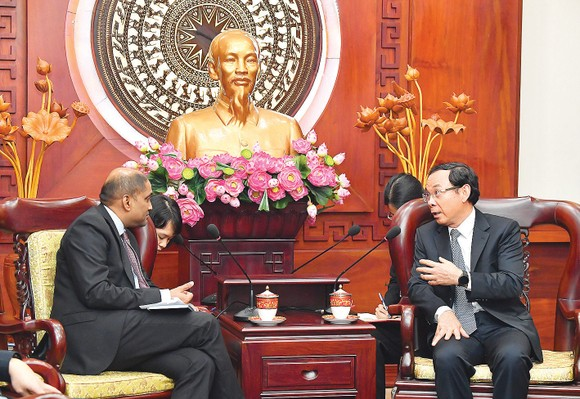 Bí thư Thành ủy TPHCM Nguyễn Văn Nên tiếp Đại sứ Singapore Jaya Ratnam. Ảnh: VIỆT DŨNG
