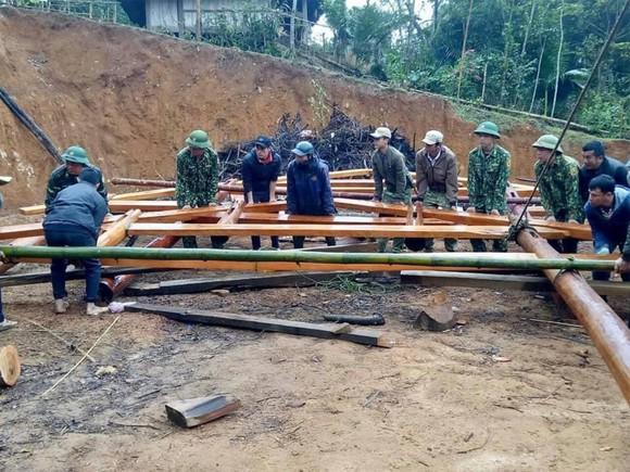 Cán bộ, chiến sĩ Đồn Biên phòng Tri Lễ tham gia dựng nhà mới  cho gia đình bà Hà Thị Hoa (bản Cắm), là hộ nghèo, đơn thân