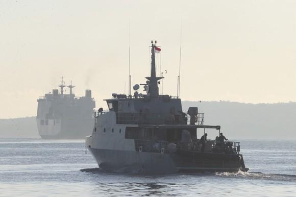 Tàu quân đội Indonesia tham gia tìm kiếm tàu ngầm. Ảnh: AP