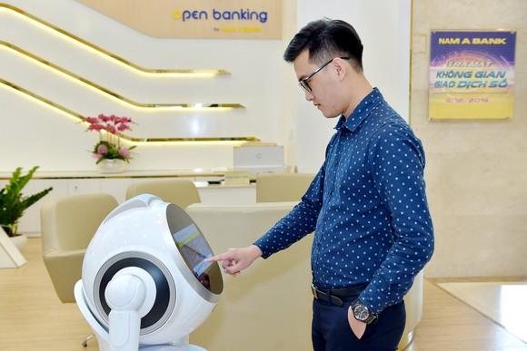 Robot OPBA chào đón khách hàng khi đến giao dịch tại Nam A Bank