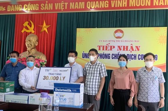 TH tặng hơn 30.000 sản phẩm sữa và đồ uống đến lực lượng chống dịch và người cách ly tại thị xã Hoàng Mai ảnh 1