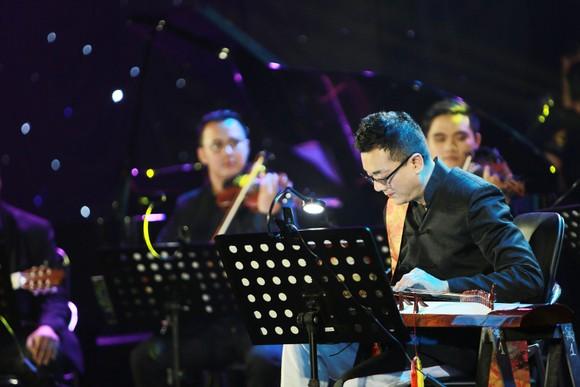 Nghệ sĩ Trí Nguyễn biểu diễn cùng các nghệ sĩ Việt Nam  trong một lần trở về Việt Nam