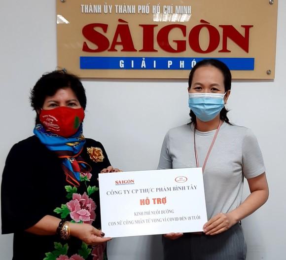 Chủ tịch HĐQT Công ty CP Thực phẩm Bình Tây, Phó Chủ tịch Hội Hữu nghị Việt Nam - Campuchia TPHCM, đã đến Báo SGGP trao 36 triệu đồng, khoản hỗ trợ năm đầu tiên để nuôi dưỡng cháu N.D.H.