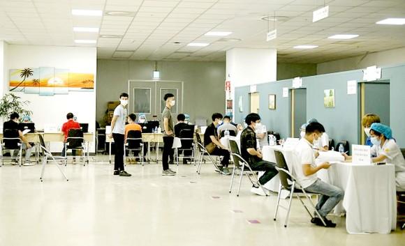 Công nhân Công ty Điện tử Samsung Electronic Việt Nam thuộc KCN Yên Phong, Bắc Ninh khám sàng lọc  trước khi tiêm vaccine Covid-19. Ảnh: MẠNH CƯỜNG