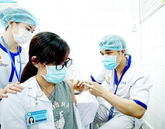 Bệnh viện Bệnh nhiệt đới TPHCM tổ chức tiêm vaccine Covid-19. Ảnh: HOÀNG HÙNG