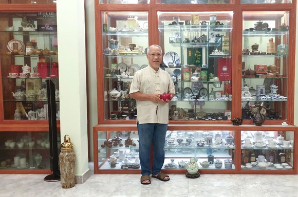 Ông Trịnh Quang Dũng bên bộ sưu tập ấm trà
