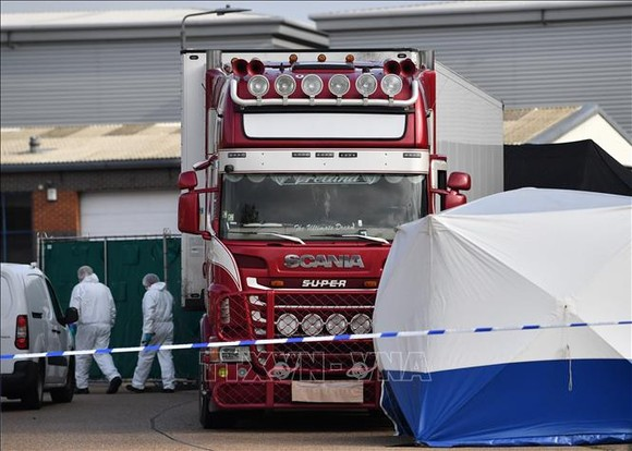 Cảnh sát điều tra tại hiện trường vụ 39 thi thể được tìm thấy trong xe container ở Grays, hạt Essex, Anh ngày 23-10-2019. Nguồn: TTXVN