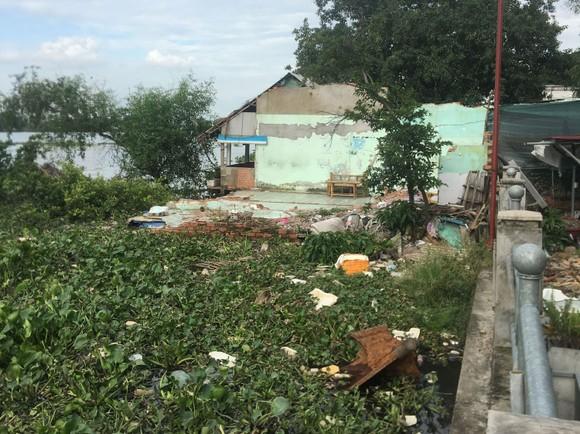 Một đoạn kè sạt lở bờ sông Sài Gòn tại Bình Quới - Thanh Đa. Ảnh: TRẦN YÊN
