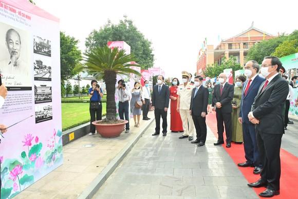 Các đồng chí lãnh đạo TPHCM xem triển lãm về Chủ tịch Hồ Chí Minh tại Bảo tàng Hồ Chí Minh chi nhánh TPHCM nhân kỷ niệm 110 năm ngày Bác Hồ ra đi tìm đường cứu nước. Ảnh:VIỆT DŨNG