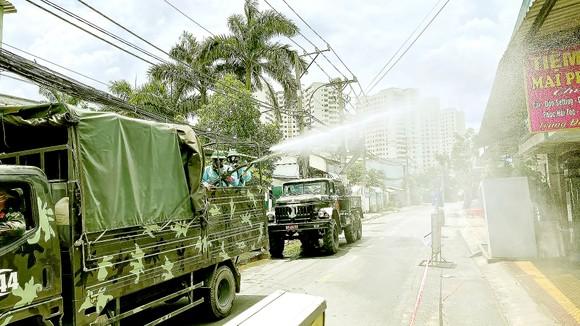Quân đội phun thuốc khử khuẩn quy mô lớn trên địa bàn quận Bình Tân, TPHCM ngày 18-7. Ảnh: VĂN MINH
