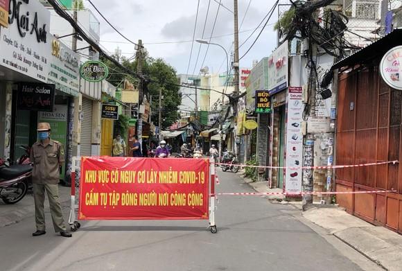 Tổ dân phố dựng rào chắn để hạn chế phương tiện ra vào trên đường Thống Nhất,  phường 10, quận Gò Vấp. Ảnh: BÙI ANH TUẤN