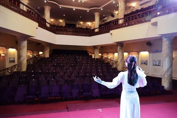 Nghệ sĩ trình diễn trong nhà hát không khán giả,  tại chương trình San sẻ yêu thương, vượt qua đại dịch
