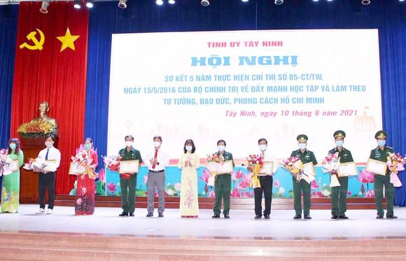 Tỉnh ủy Tây Ninh khen thưởng tập thể, cá nhân có thành tích xuất sắc trong học tập và làm theo tư tuởng, đạo đức,  phong cách Hồ Chí Minh giai đoạn 2016-2021