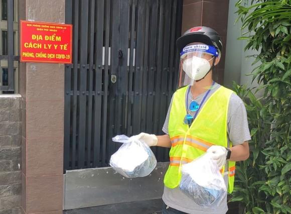 Nhân viên y tế phường 11  (quận Phú Nhuận, TPHCM)  chuyển thuốc đến tận nhà người F0