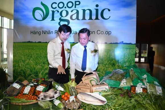 Ông Phạm Trung Kiên - Phó Tổng Giám đốc Saigon Co.op ( bìa trái ) và ông Phạm Thành Kiên - Giám đốc Sở Công thương TP.HCM tham quan khu trưng bày sản phẩm Co.op Organic