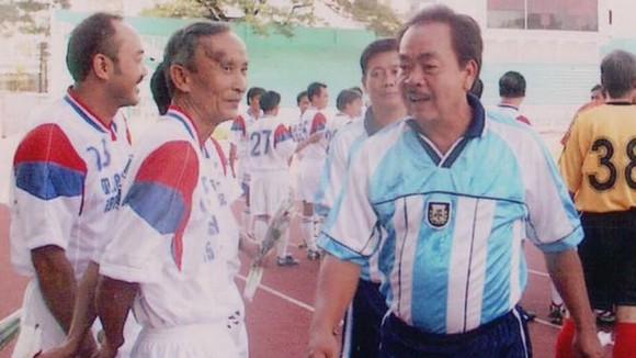 Tư Lê (giữa) cùng các cựu cầu thủ Nguyễn Văn Thòn (bìa trái) và Võ Thành Sơn trong một lần hội ngộ. Ảnh: Quốc Cường