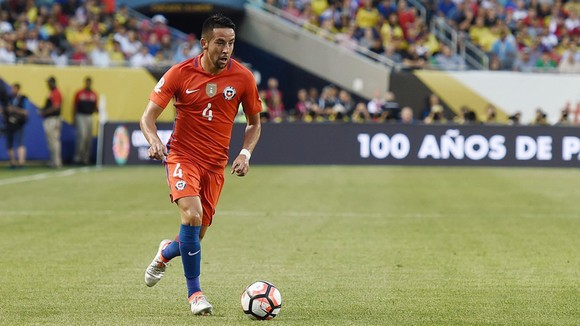 Isla chơi tốt trong màu áo tuyển Chile