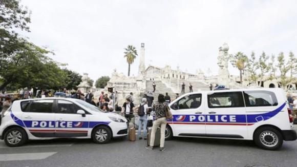 Hành khách tập trung quanh các xe cảnh sát bên ngoài ga xe lửa Saint-Charles ở Marseille sau vụ tấn công ngày 1-10-2017. Ảnh: AP