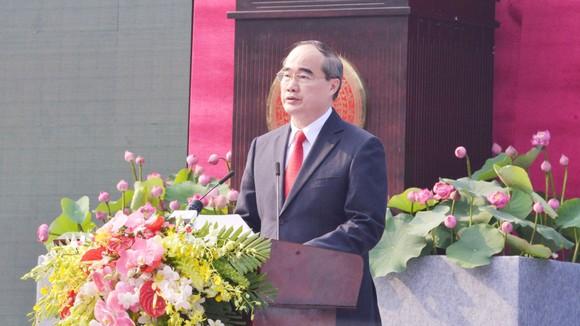 Đồng chí Nguyễn Thiện Nhân, Ủy viên Bộ Chính trị, Bí thư Thành ủy TPHCM, trình bày diễn văn tại lễ kỷ niệm. Ảnh: VIỆT DŨNG