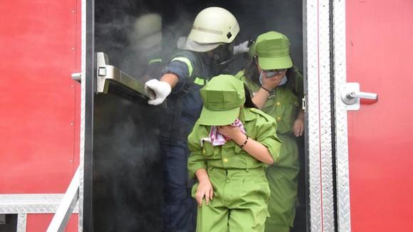 Dạy trẻ cách thoát ra khỏi khu vực khói tỏng một đám cháy