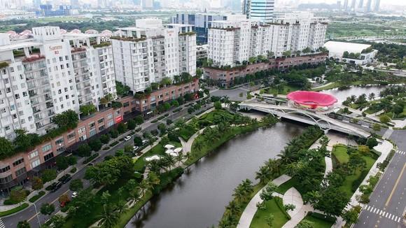 Hồ sinh thái chứa và điều tiết nước tại một khu dân cư ở quận 2 Ảnh: CAO THĂNG