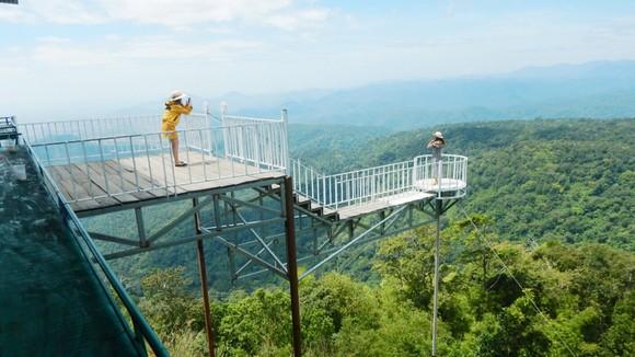 Khách du lịch ra lan can không an toàn để chụp hình tại trạm dừng chân trên đèo Đại Ninh