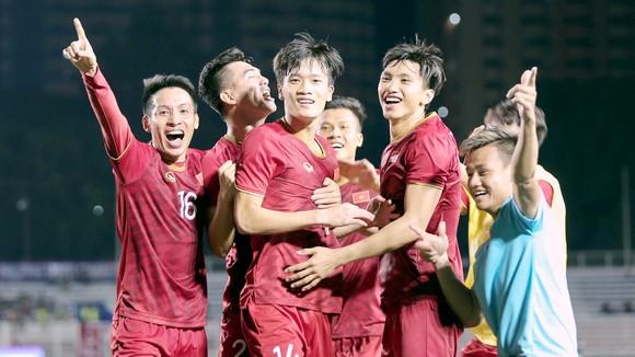 Bóng đá nói riêng, khép lại một năm thành công rực rỡ của thể thao Việt Nam. Ảnh: DŨNG PHƯƠNG