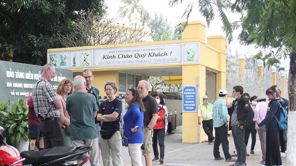 Bảo tàng điêu khắc Chăm Đà Nẵng nhiều ngày qua vẫn đón rất đông khách châu Âu đến tham quan. Ảnh: XUÂN QUỲNH