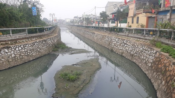 Nước trong hào thành cổ Vinh đen ngòm, ô nhiễm