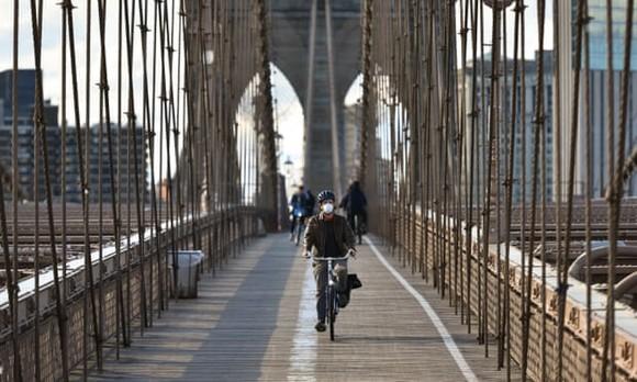 Một người đi xe đạp trên cầu  Brookly, New York. Nguồn: The Guardian